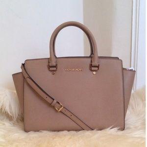 Michael Kors Handbags - Michael Kors large Selma bag in Dark Khaki
