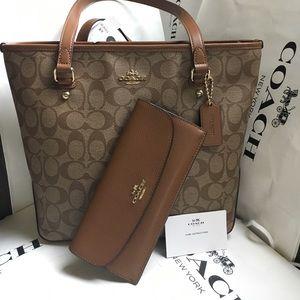 Coach Handbags - 💙☘️coach tote set💙☘️