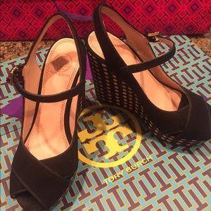 Tory Burch Shoes - 🎉🎉Host Pick🎉🎉Tory Burch wedge black polkadot