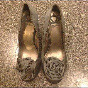 Fergalicious Shoes - NWOT Fergalicious gray satin bow pumps 6