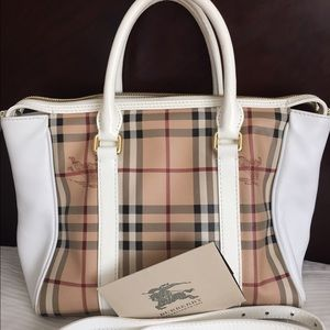 Burberry Handbags - 🎉 HP🎉100% authentic Burberry Chatton handbag