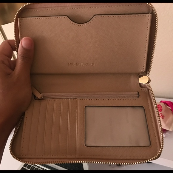 45d5322f8df80 Michael Kors wallet in the color Oyster. M 58dd0f874225beafab003fec