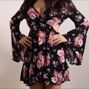 🌟NEW🌟 Super Sexy floral dress with fun sleeves😊