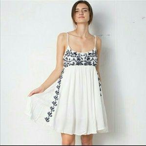 🥀SALE!(1 LEFT! M)cutest white dress w/blue floral