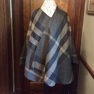 "Burberry Accessories - 🆕Burberry 100% Wool ""Sarah"" Mega Check Cape"