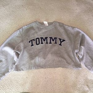 Tommy Hilfiger Tops - 90s CROPPED TOMMY SWEATSHIRT.