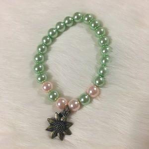 Jewelry - Handmade flower/pearl bracelet