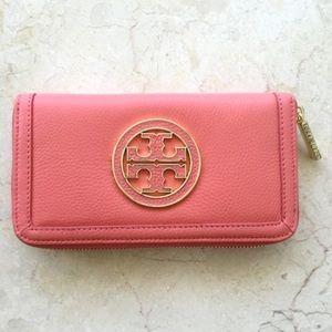 Tory Burch Handbags - Tory Burch Amanda Zip Continental Wallet