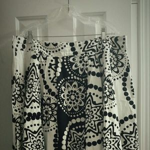 Dresses & Skirts - Chic Sexy Bold Blk/White Floral Print Skirt!