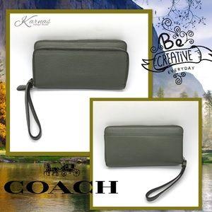 Auth COACH Accordian Zip Wallet Wristlet Olive