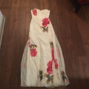 Dresses & Skirts - Beautiful White Dress w/Roses