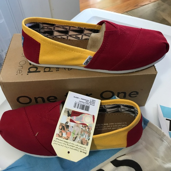 53d6423e426 TOMS WOMEN S CLASSICS CANVAS USC University