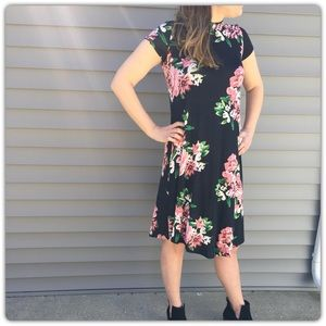 Dresses & Skirts - NWT Floral Dress