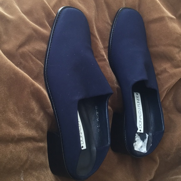 56 off donald j pliner shoes perfect navy slip on 1 heel 10 n nwt from shannon 39 s closet on. Black Bedroom Furniture Sets. Home Design Ideas