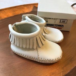 Minnetonka Other - Minnetonka Baby Moccasins size 1