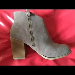 Ecote Shoes - Ecote Gray Suede Heeled Booties - Sz. 8