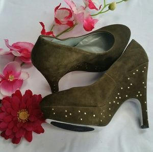 H by Halston Shoes - SALE🎉♥Olive Studded Wedge Pumps♥