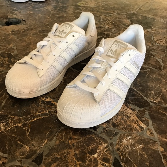 Zapatillas adidas superstar triple poshmark blanco
