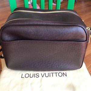 Louis Vuitton Other - Louis Vuitton Taiga Reporter PM Bag. MINT❤❤