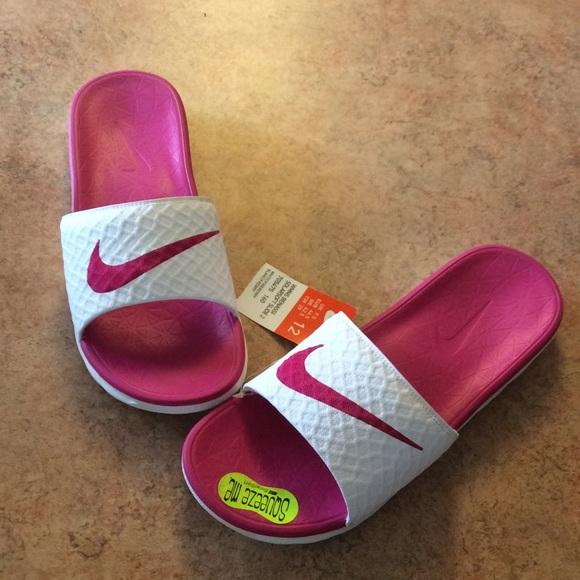f10a7c0c08a5b0 NWT Women s Nike Benassi Solarsoft Slide 2