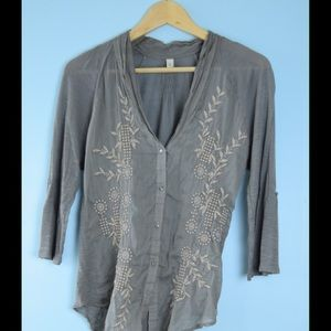 TINY / ANTHROPOLOGIE gray embroidered top