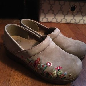 Dansko Shoes - Adorable embroidered danskos! Like new. 39.