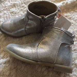 Gymboree Other - NWT Gymboree Silver ankle boots with bows on back