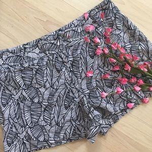loft Pants - NWOT black and white leaf linen pattern shorts