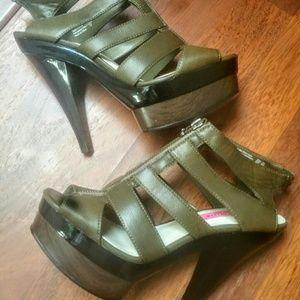 Alice + Olivia Shoes - NWOB Alice & Olivia Olive Caged Heels