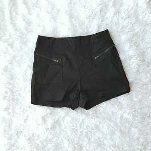 silence + noise Pants - Black high-waisted shorts with zipper on the front