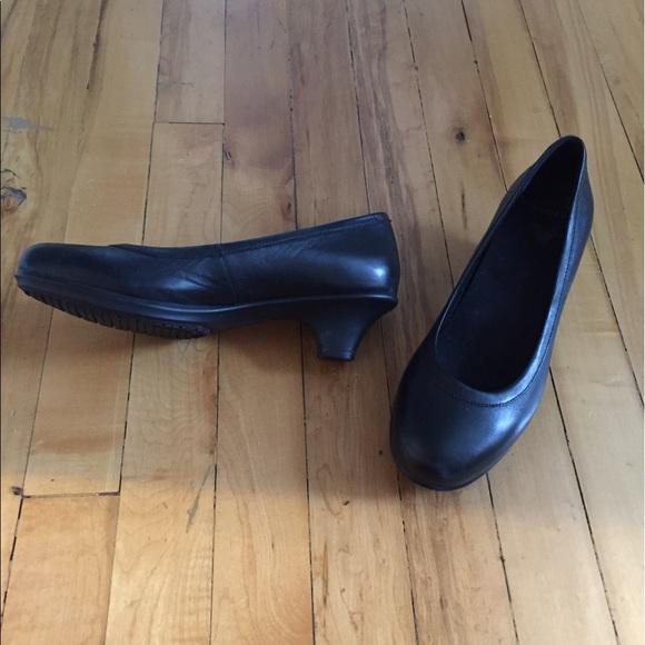 4453aeaa3b076 crocs Women s Grace Heel Dress Pump - Black 6.5