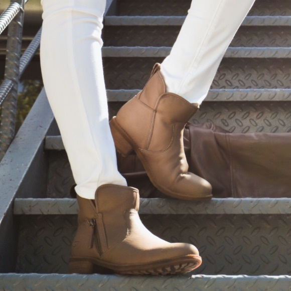 f042aaa900f UGG LAVELLE BOOT NWT
