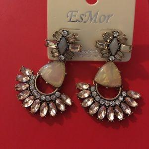 Jewelry - 💥LAST PAIR Beautiful Dangle Earrings