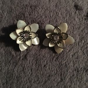 Jewelry - Vintage MOP flower earrings