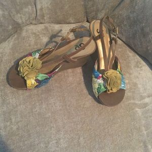 Strappy Floral Wooden Wedge (Short Heel) 👠 (So)