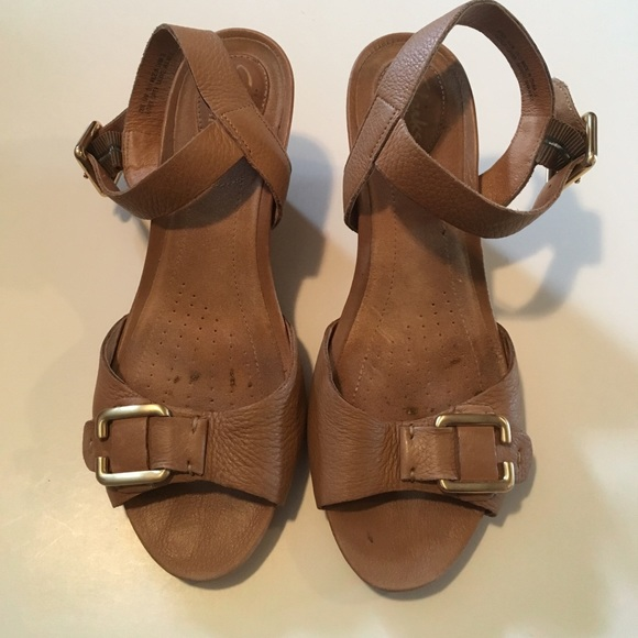 426503702b26 Clarks Shoes - Clarks Artisan tan leather comfort sandal size 6.5