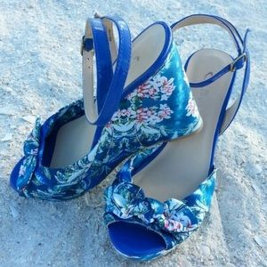 CL by Laundry Floral Wedge Sandals 💙