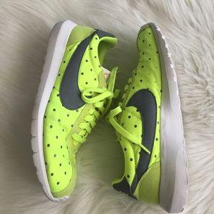 Nike Shoes - Nike roshe polka dot
