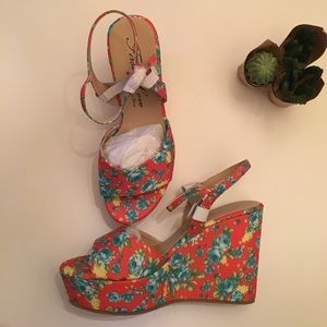 Shoes - 🌼🌿Beautiful Floral wedges🌿🌼