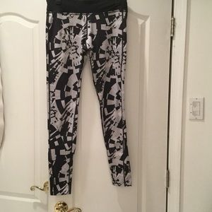Under Armour Pants - Under armor fitted black grey crazy print legging