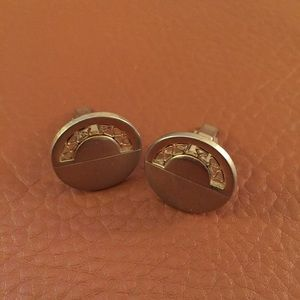 Men's cuff links - the ultimate accessory.