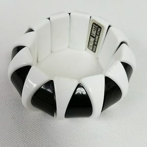 Jewelry - GENUINE LUCITE BLACK WHITE STRETCH VINTAGE BRACELE