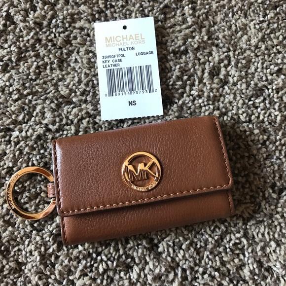 a9f69f073191c Michael Kors Fulton Leather 6 Key Holder. M 58fb99fb4225becbc6010943