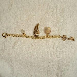 Jewelry - Pretty Goldtone Keychain Charm