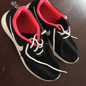 Nike roshe size 6.5 women's 4.5 youth