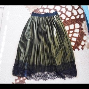 Dresses & Skirts - Green over the bump pleated velvet skirt