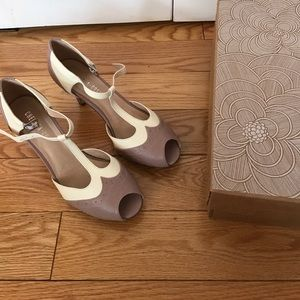 Chelsea crew taupe t strap heel size 38