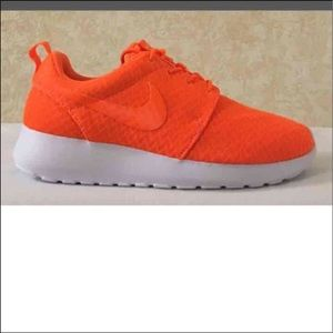 New NIKE women's Roshe One ~ size 8