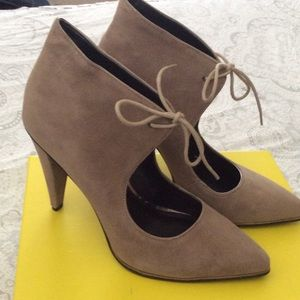 Kenneth Cole tan heels