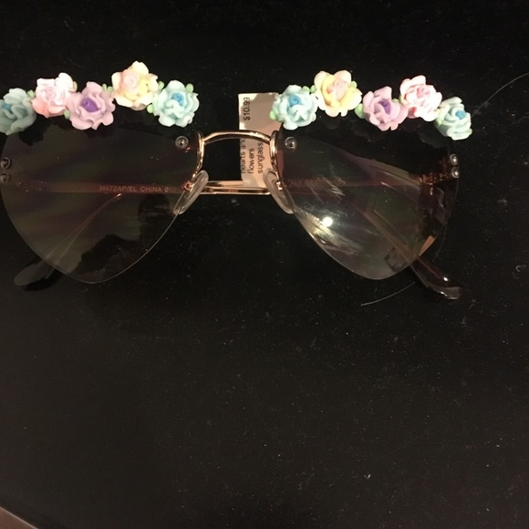 e0dd3a1b06 Heart shaped sunglasses with flower floral rim